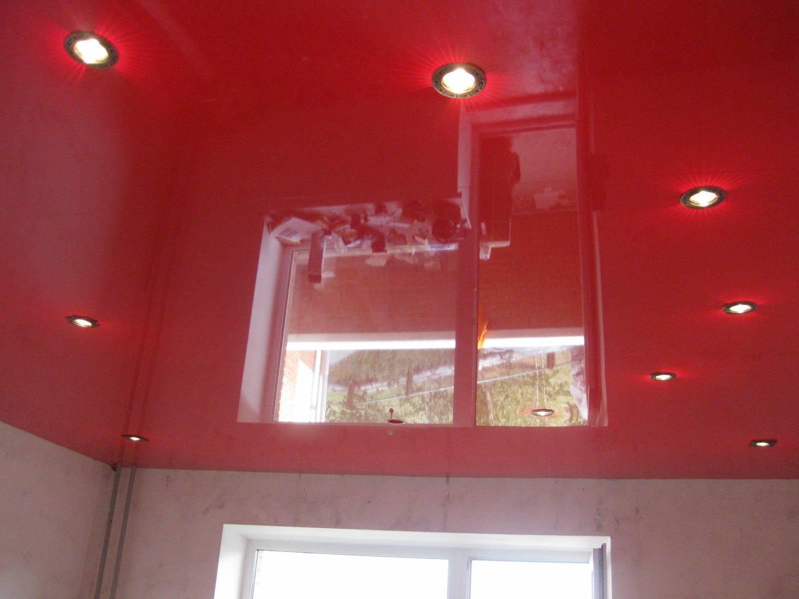 как подобрать натяжной потолок для гостиной