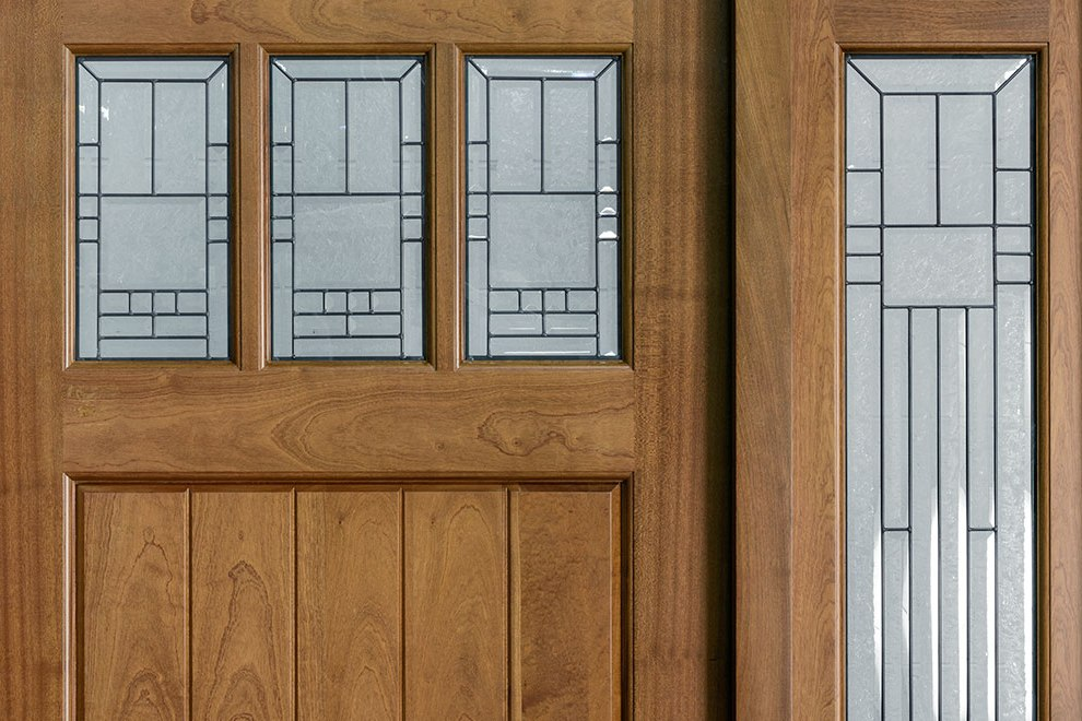 Двери из массива красного дерева