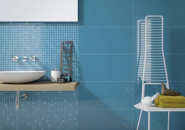 голубая плитка в дизайне ванной