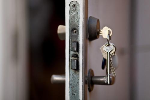 Вставить замок в металлическую дверь