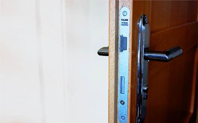 Установка замка в межкомнатную дверь